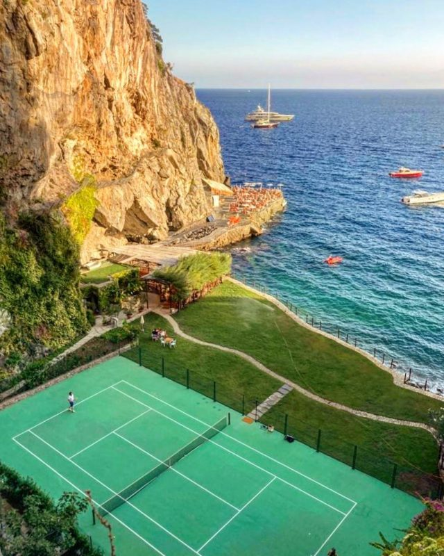 From sea to tennis. As the sun sets on August and rises in September, summer at the San Pietro is still in full swing.Mare e tennis. Oggi il sole tramonta ad agosto e domani sorge a settembre. Al San Pietro l'estate è in piena forma.#summervibes #sunsunsun #ilsanpietrodipositano #relaischateaux #mostbeautifultenniscourt #positano #amalficoast